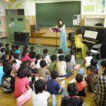 フルートの音色と、演奏家のきれいなドレスにうっとりの子供たち。